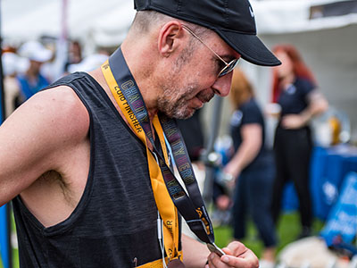 Duncan hold his metal at of Auckland Marathon